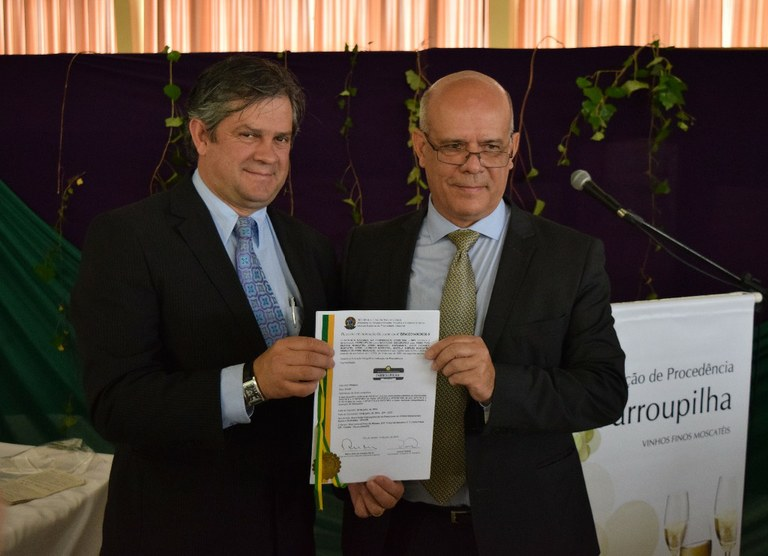 Pimentel entrega certificado para presidente da AfavinViviane Zanella / Embrapa Uva e Vinho